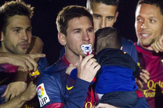 Messi, con el chupete de su hijo Thiago