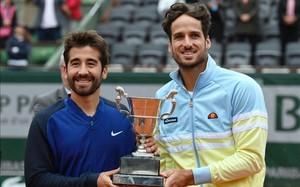 Marc y Feliciano López posan con el trofeo de campeones de dobles de Roland Garros