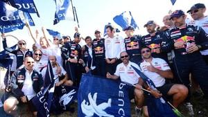 El equipo Peugeot brinda por el éxito de Peterhansel, Loeb y Despres