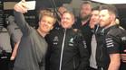 Rosberg, de visita en el box de Mercedes