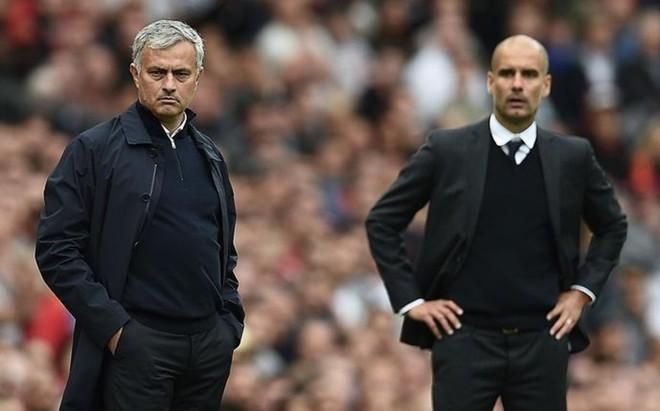 Mourinho y Guardiola, durante el pasado derbi de Manchester