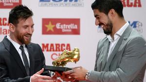 Suárez, en el momento de entregar la Bota de Oro 2016-17 a Messi