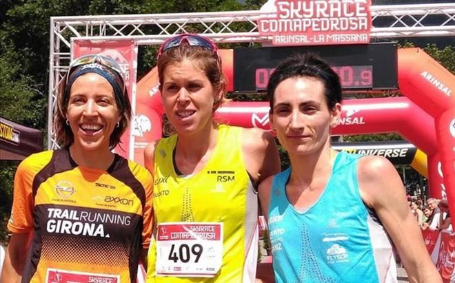 Laura Orgu�, en el centro, junto a sus dos compa�eras de podio