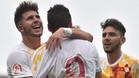 Sus compañeros felicitan a Abel Ruiz tras marcar el 0-2