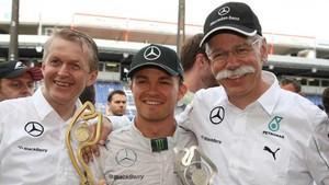 Dieter Zetsche con Rosberg en Mónaco