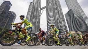 Ciclistas con las Petronas twin towers en el fondo