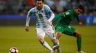 Leo Messi y Danny Bejarano en el partido entre Argentina y Bolivia de la Copa América Centenario 2016 disputada en Estados Unidos