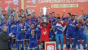 El capitán de la Universidad de Chile, Jhonny Herrera, recibe el trofeo del torneo Clausura