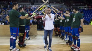 Los jugadores homenajearon a Ricard Muñoz con el pasillo de campeón