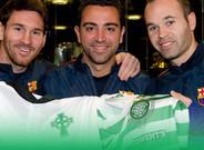 Leo Messi, Xavi Hern�ndez y Andr�s Iniesta con una camiseta del Celtic Glasgow