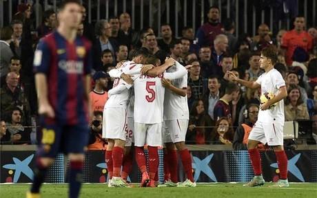 Los jugadores del Sevilla celebrando el autogol de Jordi Alba