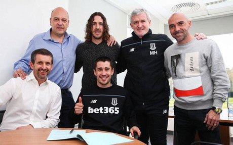 Puyol y De la Pe�a en la firma de la renovaci�n de Bojan