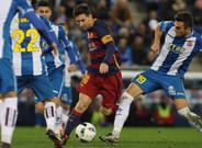 Una imagen del último derbi. Messi, rodeado de jugadores blanquiazules