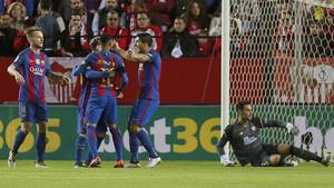 Ivan Rakitic acude a celebrar con la Messi, Suárez y Neymar un gol en el Sevilla-Barça (1-2) de la Liga Santander 2016/17