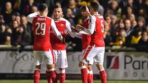 Pérez celebrando el gol frente al Sutton con sus compañeros