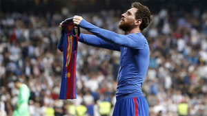Messi mostrando la camiseta