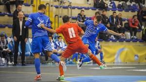 Marco Prsic (11), ante dos rivales del Pescara