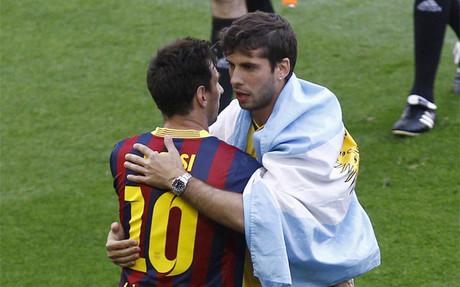 Messi felicita a Insua tras el Bar�a-Atl�tico en el que los rojibalncos ganaron la Liga 2013-14 en el Camp Nou