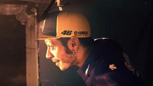 Rossi, con gesto de sorpresa, en el vídeo de Yamaha