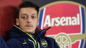 Özil se siente a gusto trabajando con Wenger y su continuidad puede depender de si sigue o no