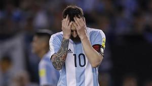 Leo Messi se lamenta durante el partido de Argentina contra Chile
