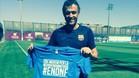 Luis Enrique posa con una camiseta que debe ayudar a recaudar fondos