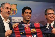 Luis Su�rez junto a Andoni Zubizarreta y Jordi Mestre durante su presentaci�n con el Bar�a el 19 de agosto de 2014