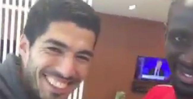 Luis Su�rez visita el entrenamiento del Liverpool