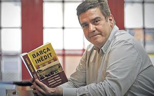 Frederic Porta, en una imagen con su libro