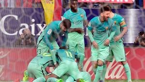 Los jugadores del Barça celebran su primer gol frente al Atlético