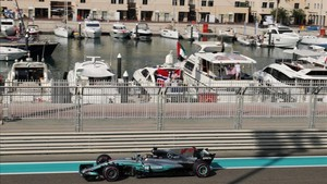 Hamilton, pasando junto a la Marina del circuito de Abu Dhabi