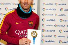 Leo Messi con el premio de mejor jugador de la Liga en Enero