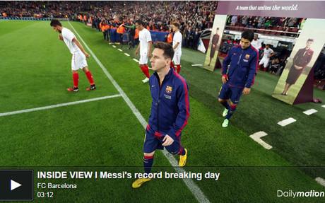 Leo Messi salta al terreno de juego antes del Bar�a-Sevilla