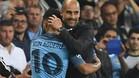 Pep Guardiola se abraza con el 'Kun' Ag�ero para felicitarle por su brillante actuaci�n