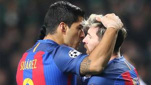Luis Suárez se abraza con Leo Messi