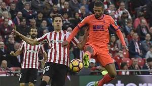 Carcela González -en la imagen, junto a Saborit- marcó el único gol del Granada