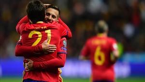 Alba abraza a Silva en El Molinón