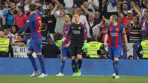Ter Stegen, entre Piqué, Busquets e Iniesta durante el Real Madrid - Barça de la Liga 2016/17