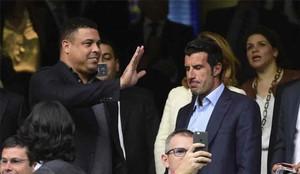 Figo, junto a Ronaldo, en el palco del Bernabéu