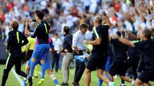Michel y todo el banquillo del Málaga saltan tras el gol del empate