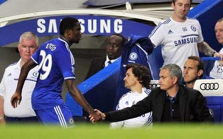 Eto'o saluda a Mourinho en el Chelsea