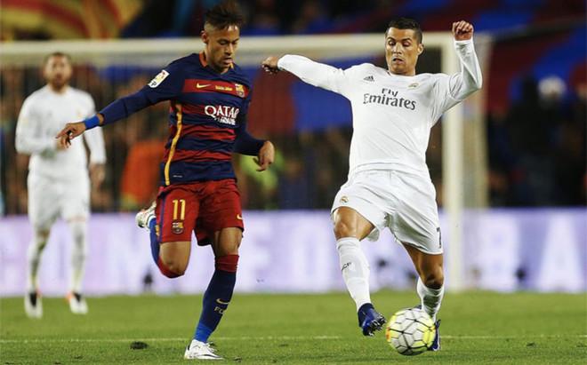 Neymar disputa un bal�n con Cristiano Ronaldo