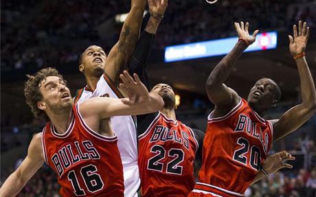 Rose, Butler y Gasol acercan a los Bulls a segunda ronda