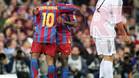 Ronaldinho y Eto\'o celebran un gol ante la presencia de Pablo García. El Barça ganó 0-3 en el Bernabéu al que llegó por delante del equipo blanco.