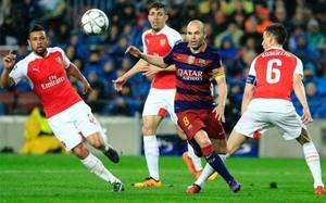 Iniesta estuvo muy marcado por los jugadores del Arsenal