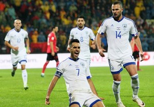 Ben Sahar celebra con Zahavi el primero de los tres goles de Israel en Albania