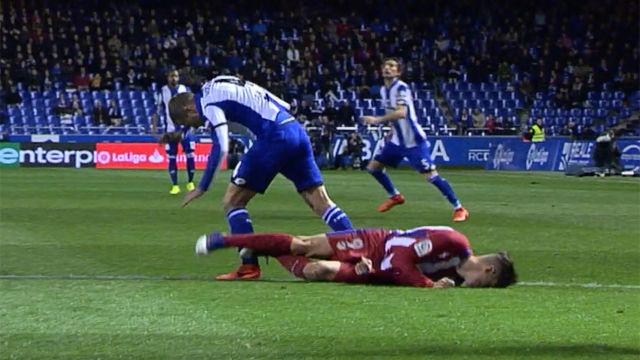 Video resumen: La caída que dejó inconsciente a Torres en el Deportivo - Atlético (1-1)
