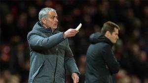 Mourinho, con el plátano en la mano