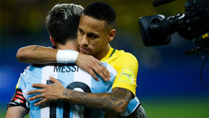 Neymar y Messi se abrazan antes de un amistoso entre sus selecciones en 2016