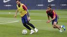Aleix Vidal y Douglas en un entrenamiento con el FC Barcelona la pasada temporada